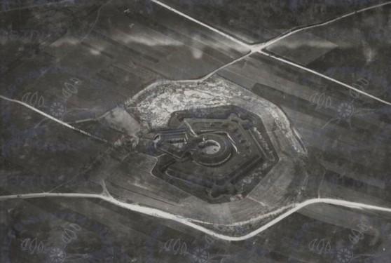 Tak wyglądały Azory na początku XX wieku - pola, wiejskie drogi i autriacki fort. Dziś w jego miejscu znajduje się Park Wyspiańskiego oraz ogródki działkowe. Źródło: osiedleazory.pl