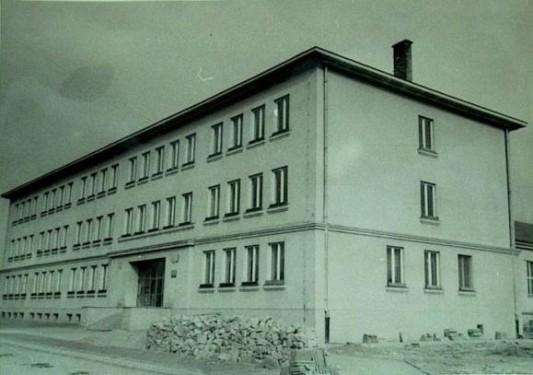 W 1956 roku Azory otrzymują wymarzony budynek szkolny. Do tej pory  dzieci uczyły się w w małych salkach rozsianych po całym osiedlu. Dziś w  tym budynku znajduje się XIV Liceum Ogólnokształcące. Żródło:  http://www.xiv-lo.krakow.pl/