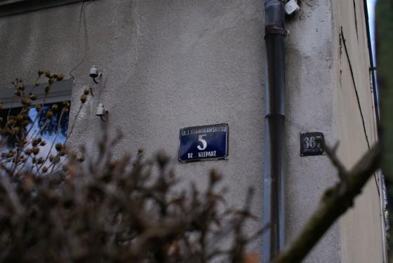 Na tym budynku widzimy dwie tabliczki - jedna pochodzi z czasów kiedy Azory należały do wsi Bronowice Nowe. Druga z czasów kiedy - jako już teren miejski - podlegały pod dzielnice Kleparz. Fot. Michał Sułowski.