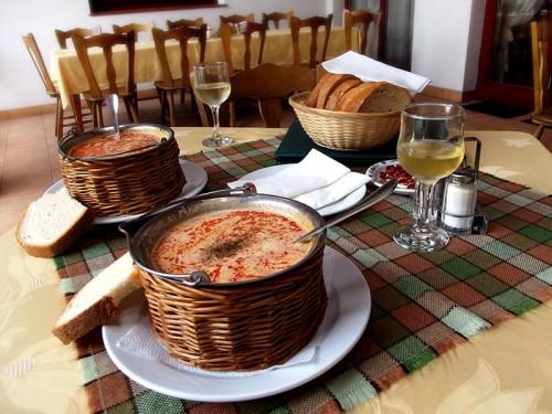 Zupa z suma lub karpia (Halászlé) to lokalny przysmak.
