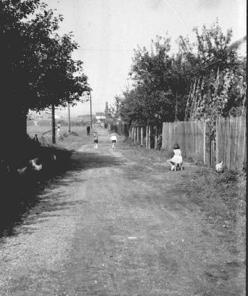 Powojenne Azory, mimo iż oficjalnie były częścią Krakowa, faktycznie  pozostawały wsią przez długie lata. Na zdjęciu ulica Gdyńska. Źróło:  www.osiedleazory.pl