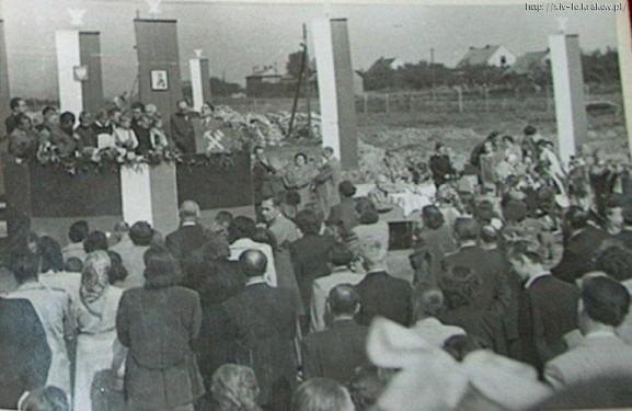 """Wmurowanie aktu erekcyjnego pod nową szkołę. Mieszkańcy wraz z władzą  budują """"nowe Azory"""". Zdjęcie pochodzi z 1955 roku. Źródło:  http://www.xiv-lo.krakow.pl."""