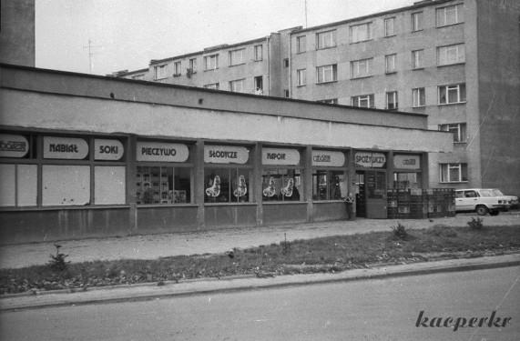 """Pawilon Handlowy - najbardziej pożądane miejsce przez mieszkańców na przełomie lat 60-tych i 70-tych. Na zdjęciu słynny """"sam"""" przy Makowskiego. Źródło: www.osiedleazory.pl."""