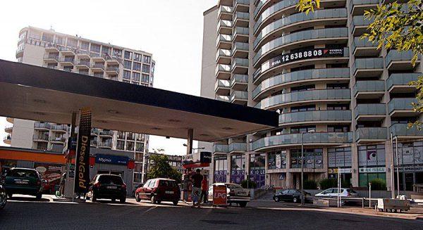 Dobry deweloper wykorzysta każdy centymetr miejsca. Ulica Armii Krajowej, gdzie bloki postawiono tak, że wychodzi się z nich wprost na stację benzynową.