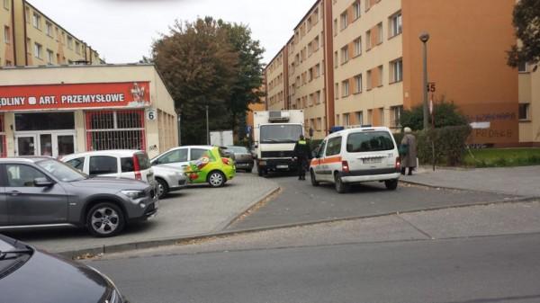 """Samochód studenta zablokował dostawy w azorskim """"Samie""""."""