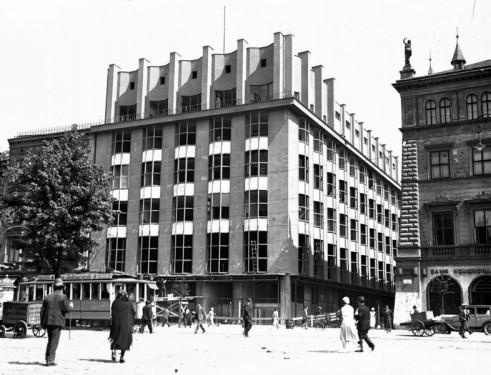 """Rynek Główny linia A-B. Detale architektoniczne w budynku Towarzystwa Ubezpieczeniowego """"Feniks"""". Widoczna rzeŸźba bogini Higiei. 1934 rok./NAC."""