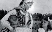 """Jadwiga Rydlowa z dziećmi. Źródło: Maria Rydlowa, """"Moje Bronowice mój Kraków""""."""