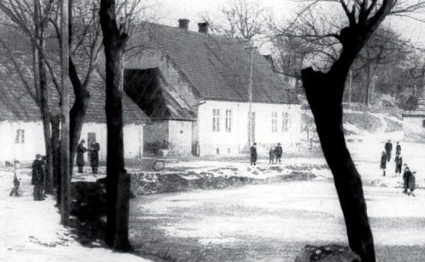 Staw w środku wsi.