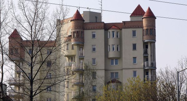 Po drodze do Lamusowni można zobaczyć prawdopodobnie najbrzydszy blok w Krakowie,