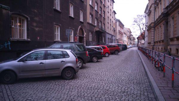 Ulica św. Marka. Długi na 200 metrów parking w centrum miasta. Taką funkcje sprawuje niemal każda uliczka w centrum Krakowa.