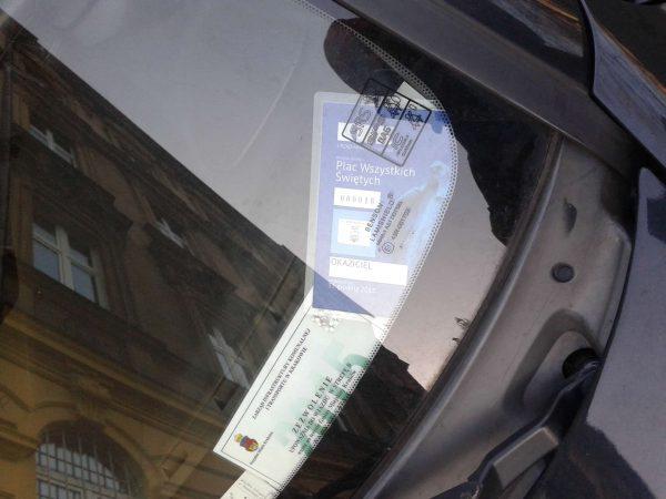 """""""Wjazd do raju"""", czyli wjazdówka na okaziciela. Wydana przez Urząd Miasta Krakowa, ale używać może jej kto chce i kiedy chce. Tego typu wjazdówek wydaje się co roku setki, jeśli nie tysiące."""