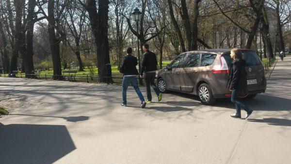 """Krakowscy kierowcy kiedy bardzo chcą wjeżdżają wszędzie. Ten musiał wjechać na Planty. Abu nie narazić się nikomu włączył """"niewidzialność"""", czyli światła awaryjne."""