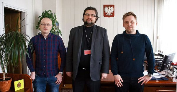 Naczelnik Urząd Skarbowy Kraków-Krowodrza Grzegorz Dolecki, otoczony przez autorów wywiadu.