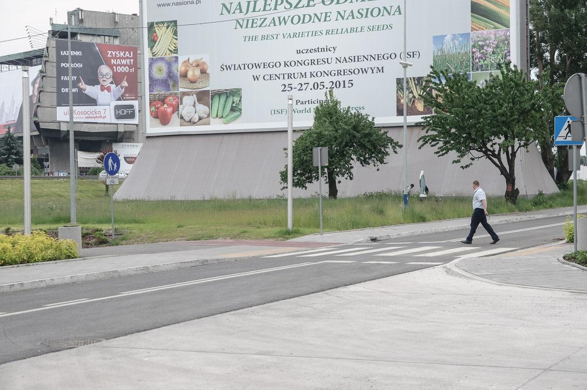 Bezdomni w Krakowie zamieszkali w nielegalnej reklamie.