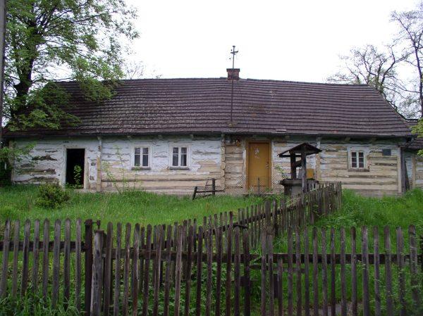 Chałupa z ul. Kopanic 15 w Mogila wyburzona w związku z budową drogi S-7 (fot. Leszek Grabowski)