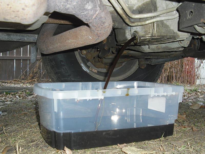 Ogrzewanie zużytym olejem silnikowym: Krakowski warsztat, który ogrzewano zużytym olejem silnikowym, to wierzchołek toksycznej góry. Na rynku dostępne są urządzenia, które w niekontrolowany sposób umożliwiają spalanie płynnych odpadów.