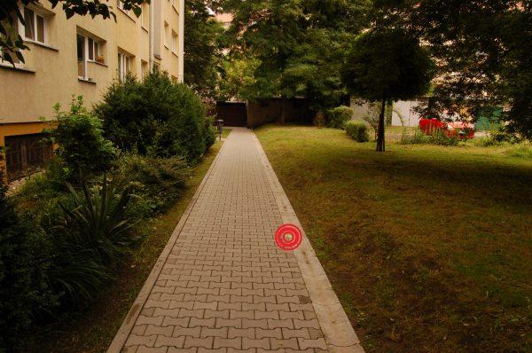 Skwer, na którym powstanie blok. Na czerwono zaznaczone miejsce, w którym będzie narożnik