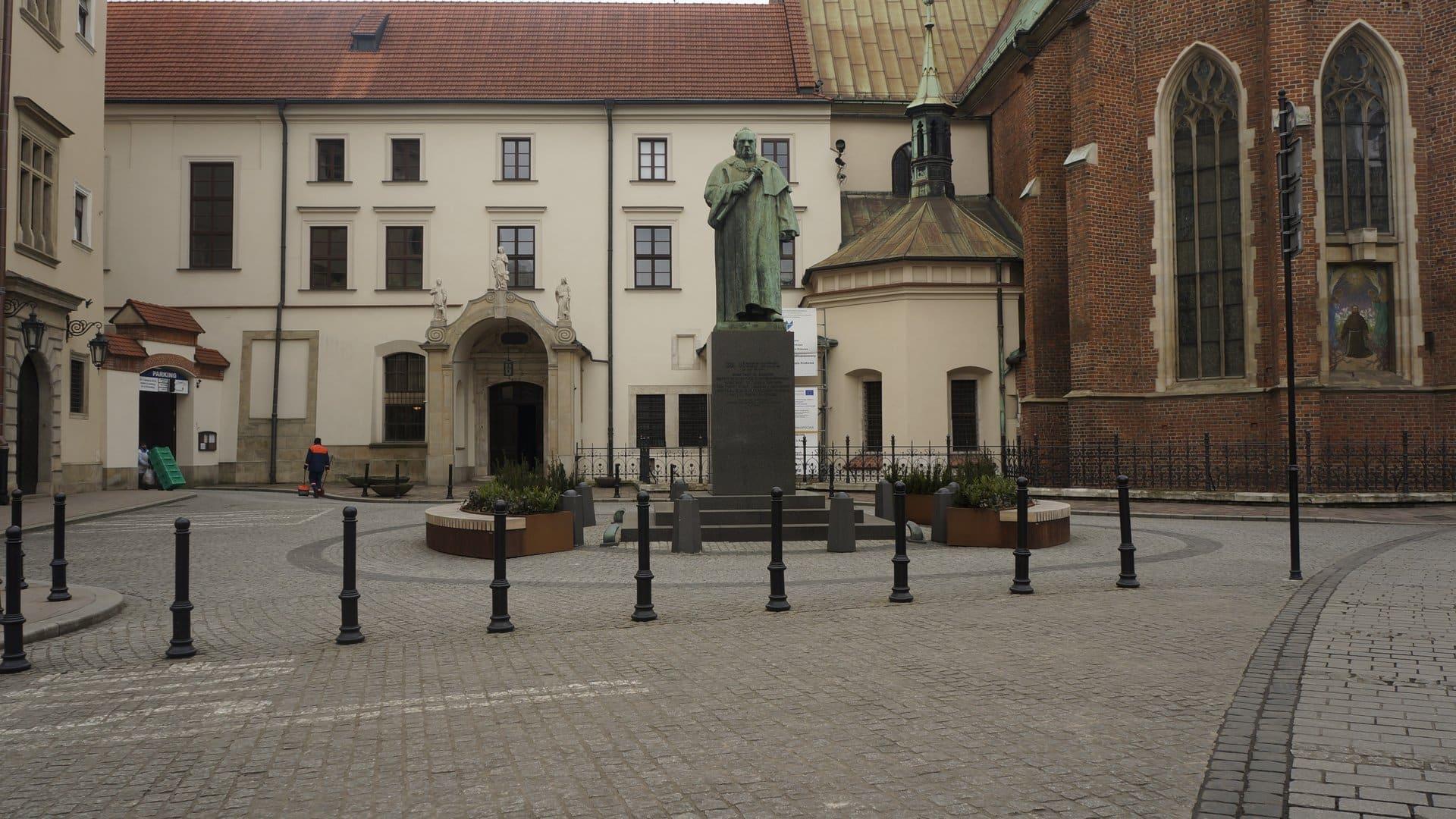 Donice z siedziskami. Strefa relaksu przez Urzędem Miasta Krakowa.