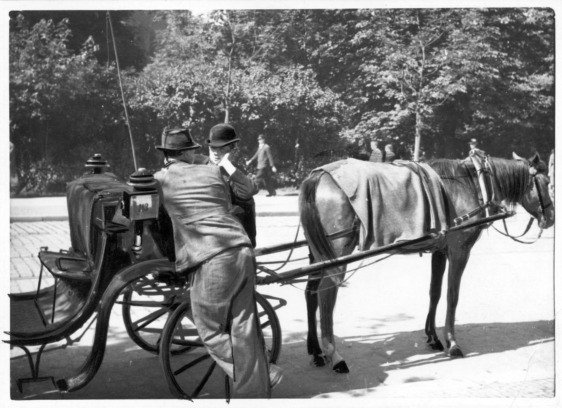 Krakowscy fiakrzy (aka dorożkarze) około 1943 roku. Dorożka. Fiakier. Fot: Andraschko Gustaw. Źródło: Narodowe Archiwum Cyfrowe. Krakowskie dorożki