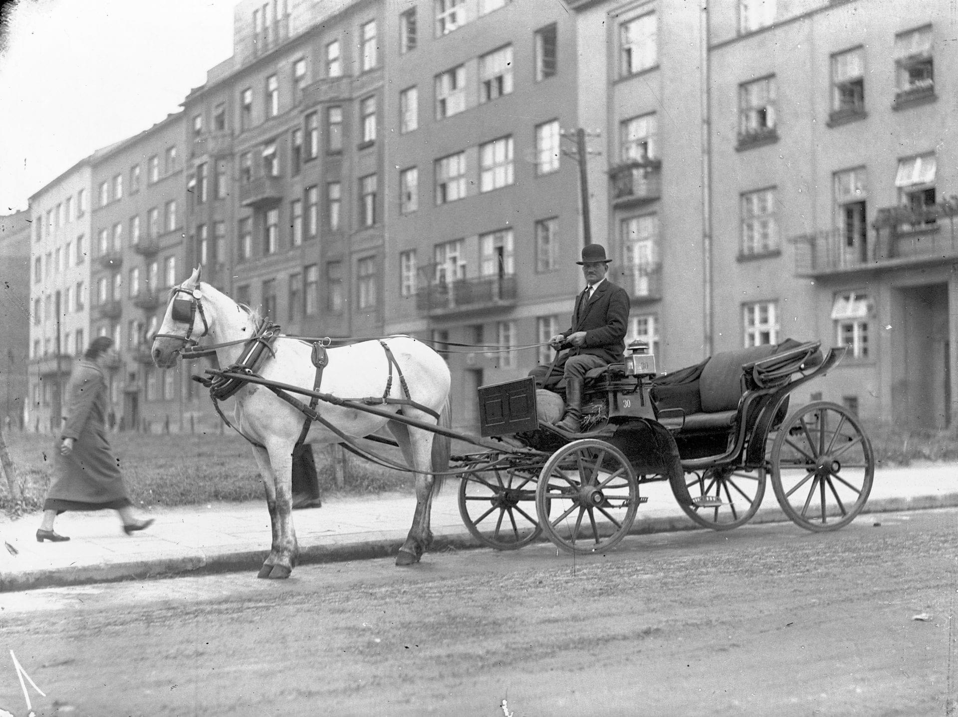 Krakowski fiakier lub - jak kto woli - dorożkarz. Zdjęcie wykonano około 1935 roku. Źródło: Narodowe Archiwum Cyfrowe.