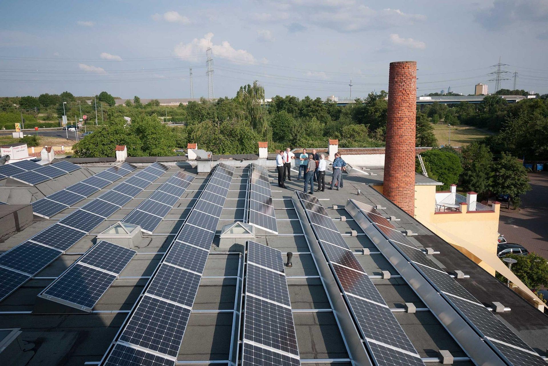Elektrownia słoneczna na bloku lub kamienicy nie jest problemem. To łatwiejsze zadanie niż duże przemysłowa instalacja fotowoltaiczna, a i z takimi firmy takie jak LMV Group radzą sobie bez kłopotów.
