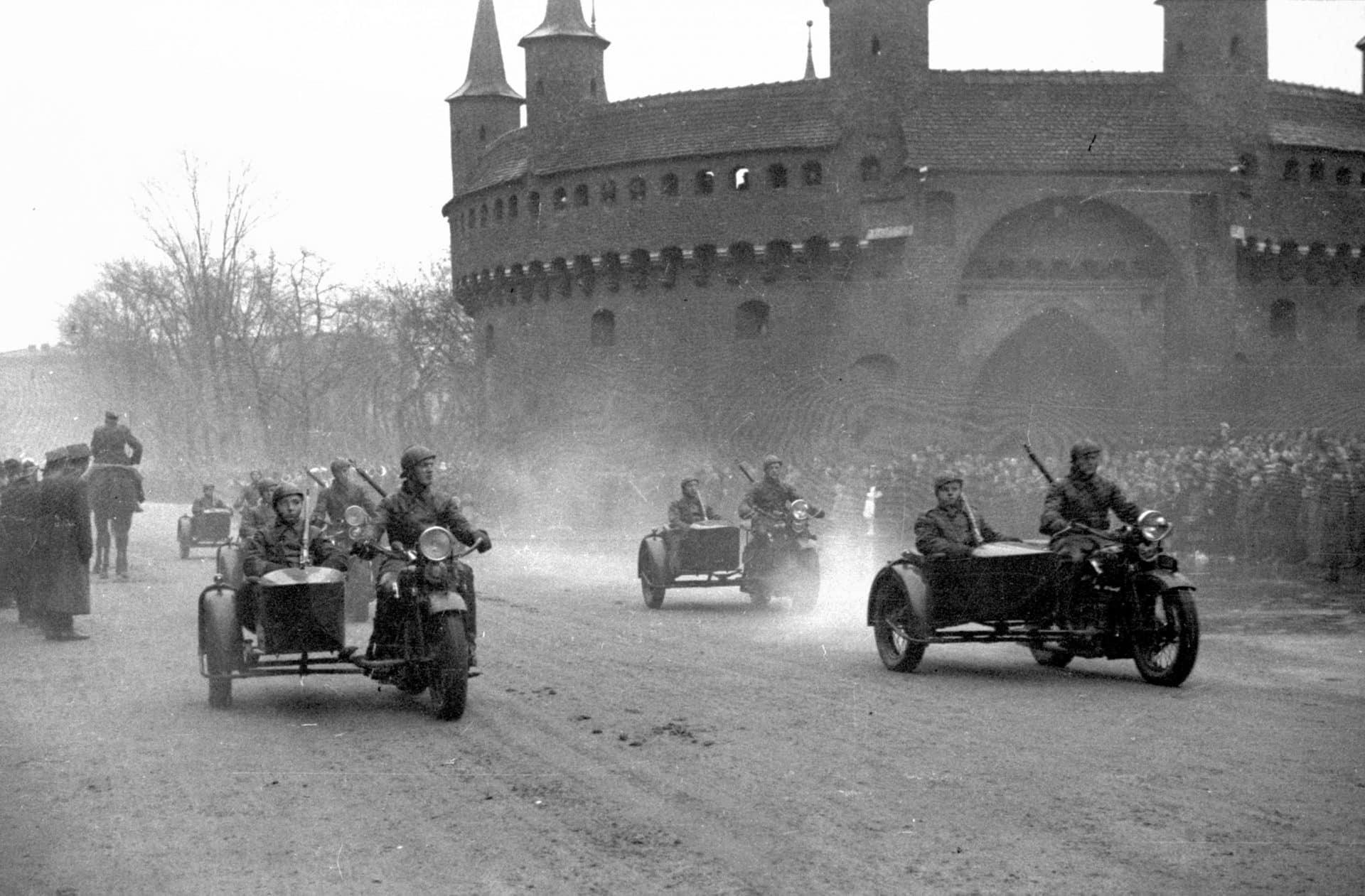 W 1937 roku Barbakan był świadkiem motocyklowej defilady. Źródło: Narodowe Archiwum Cyfrowe.