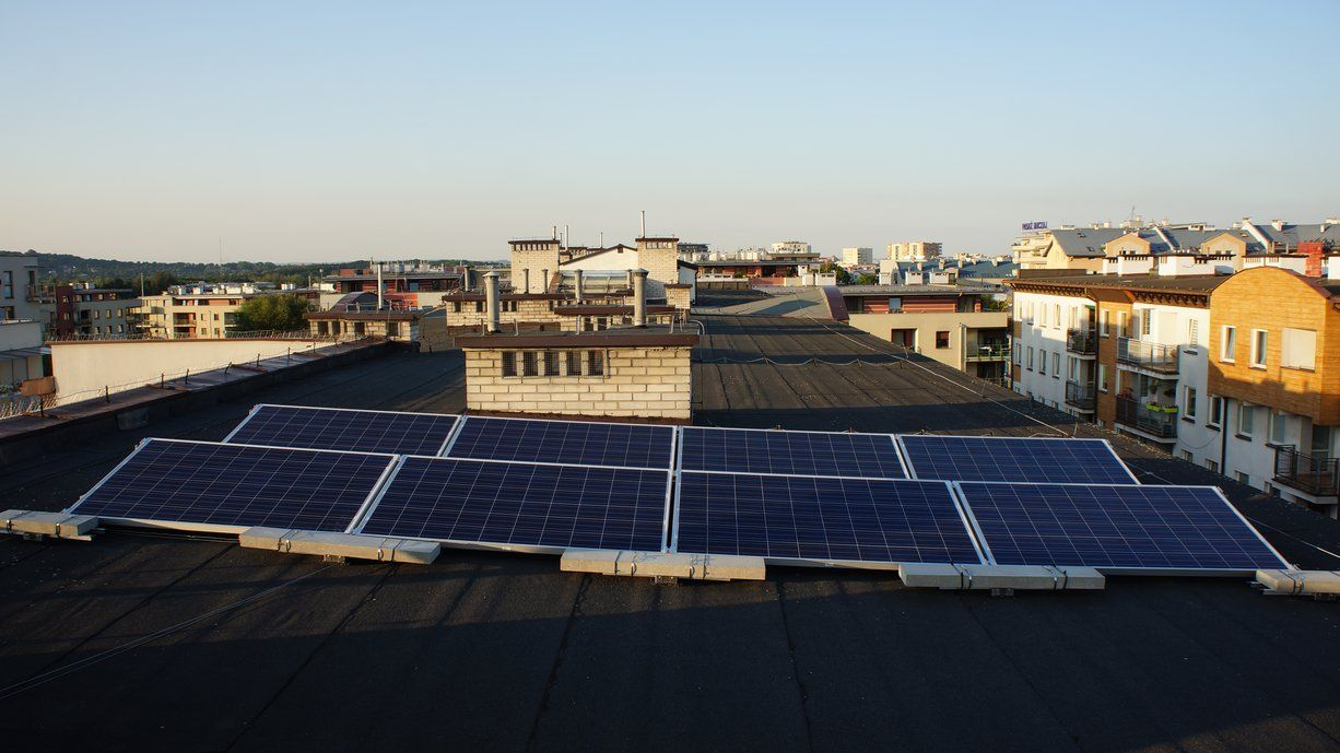 Elektrownia słoneczna na bloku na krakowskim osiedlu Ruczaj.Jej właściciel jest jednym z założycieli spółdzielni Krakowska Elektrownia Społeczna.