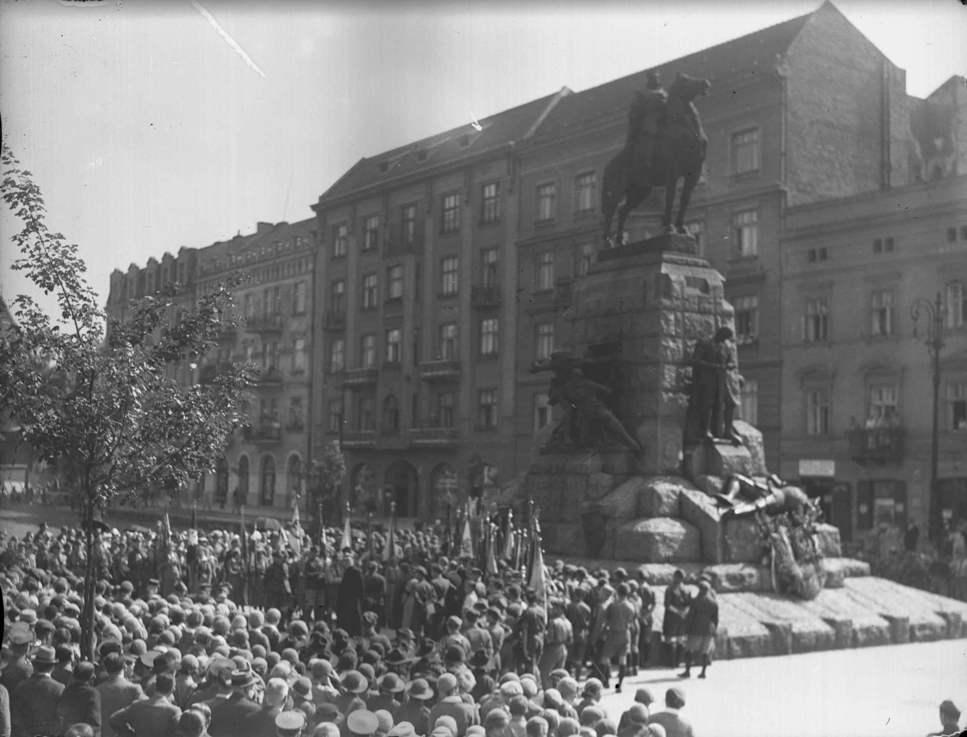 Pomnik Grunwaldzki, którego projektantem był Antoni Wiwulski, a fundatorem Ignacy Paderewsku, był świadkiem wielu uroczystości patriotycznych. Zdjęcie pochodzi z 1935 roku. Źródło: Narodowe Archiwum Cyfrowe.