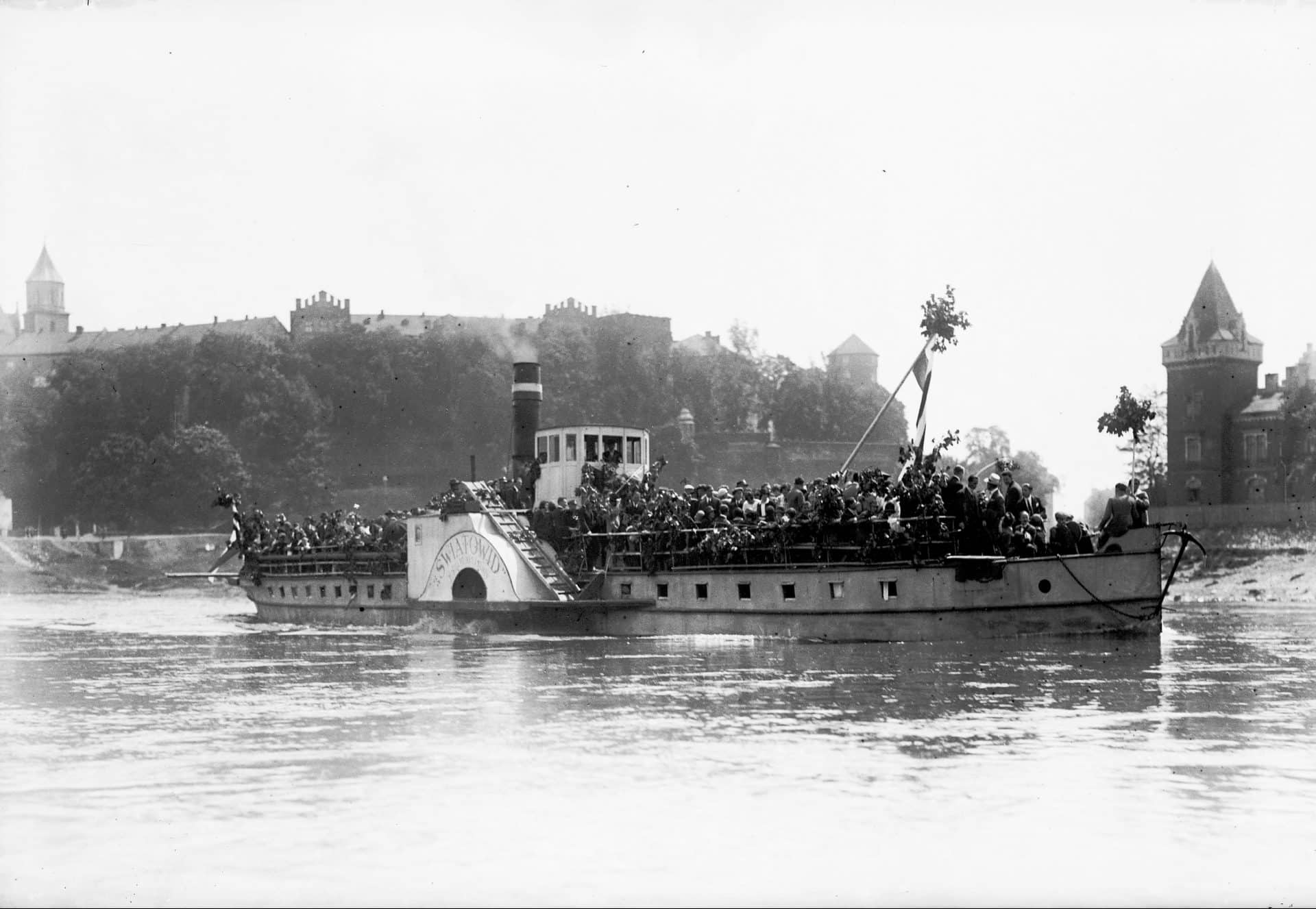 Statek wycieczkowy Światowid w 1925 roku. Krakowianie płyną odwiedzić Klasztor Kamedułów na Bielanach z okazji Zielonych Świątek.