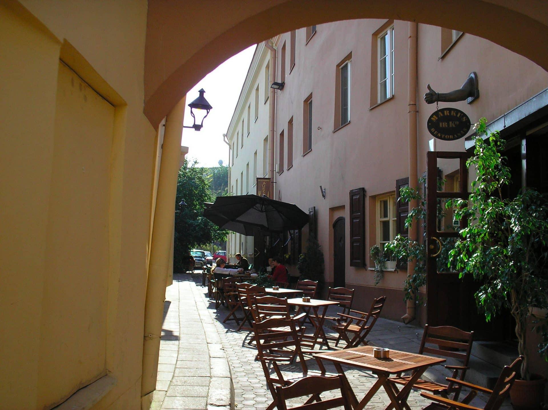 Wilno, kawiarnia w bocznej uliczce. Fot.  Charlie/Flickr.