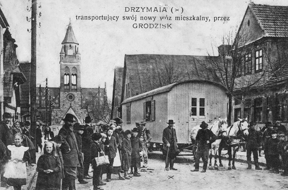 Wóz Drzymały w Grodzisku Wielkopolskim. Rok 1908. Źródło: wikimedia.