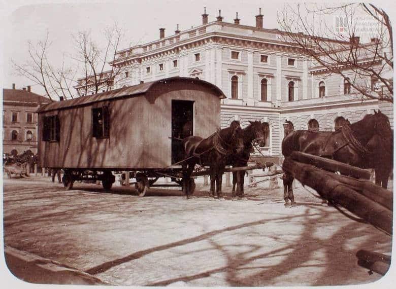 Wóz Drzymały w drodze do krakowskiego Barbakanu. 1910 rok. Źródło: Archiwum Narodowe.