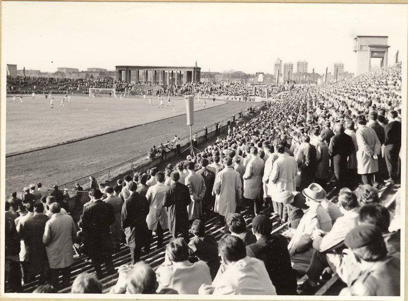 Stadion Wisły Kraków w socrealistycznej odsłonie. W takiej formie niszczał do XXI wieku. Zdjęcie autorstwa Henryka Hermanowicza pochodzi prawdopodobnie z lat 70-tych. Więcej takich zdjęć możecie znaleźć na facebookowej stronie: Kraków - ciekawostki, tajemnice, stare zdjęcia.