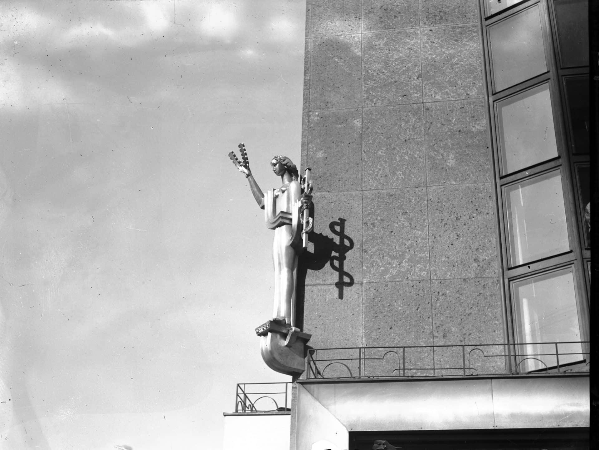 Detale architektoniczne na gmachu, w którym mieści się  m.in. znany Klub Feniks. Wykonano około 1934 roku. Źródło: Narodowe Archiwum Cyfrowe.