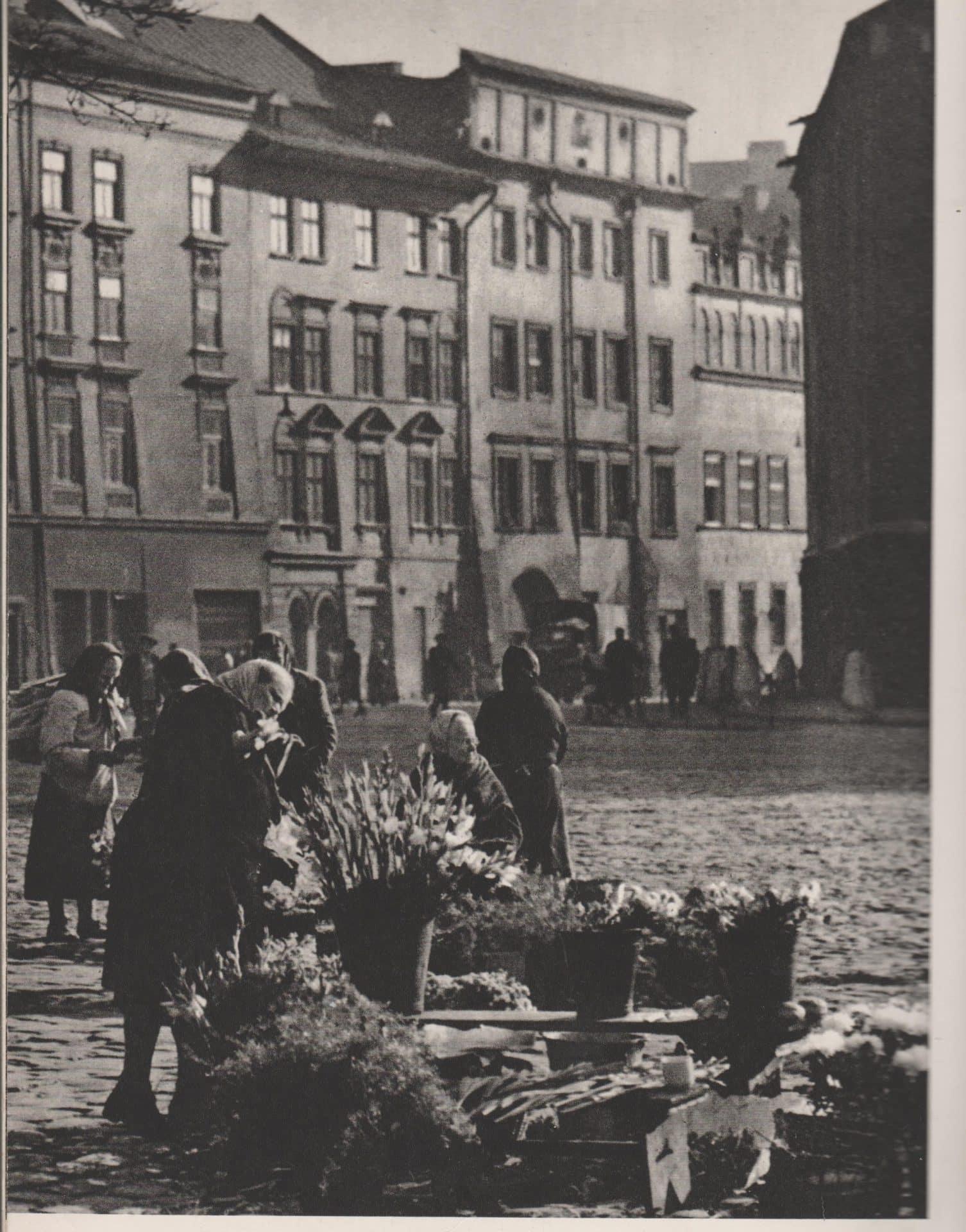 Przekupki z krakowskiego Rynku. Monika Bogdanowska mówi, że zasługują na pomnik. Fot. Henryk Hermanowicz.