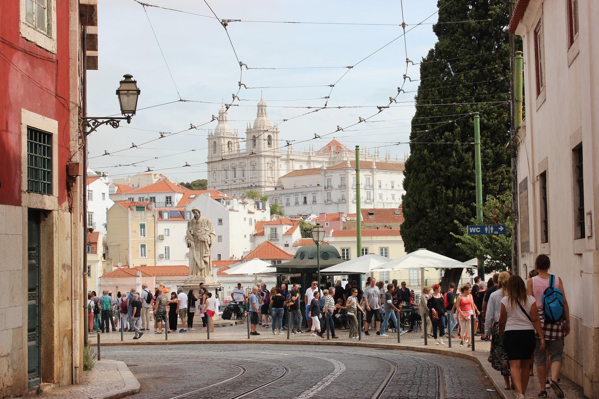 """Lizbona każdego roku przyciągała około cztery miliony turystów. Program """"Bezpieczny dochód"""" ma pomóc zapanować nad turystyfikacją miasta. Fot. Pixabay."""