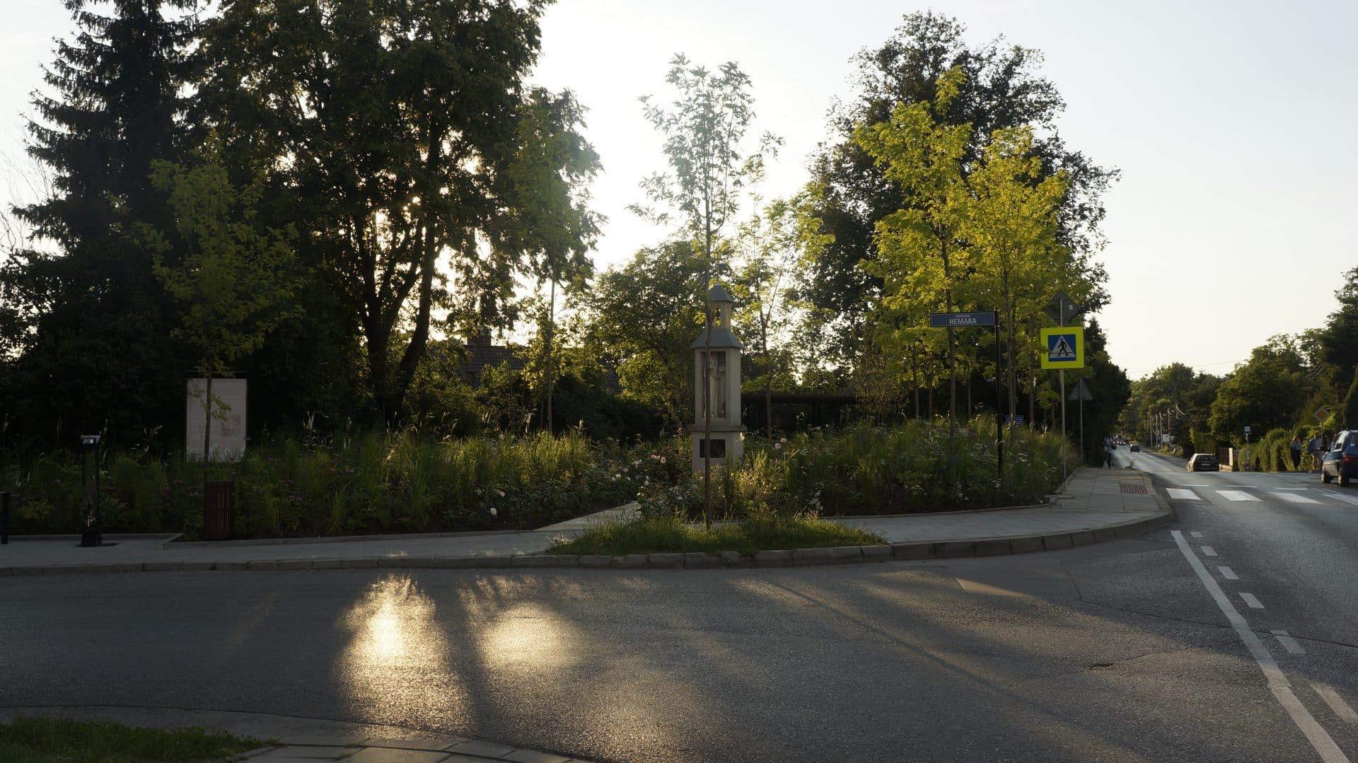 Malwowy Ogród Krakowian widziany z drugiej strony ulicy.