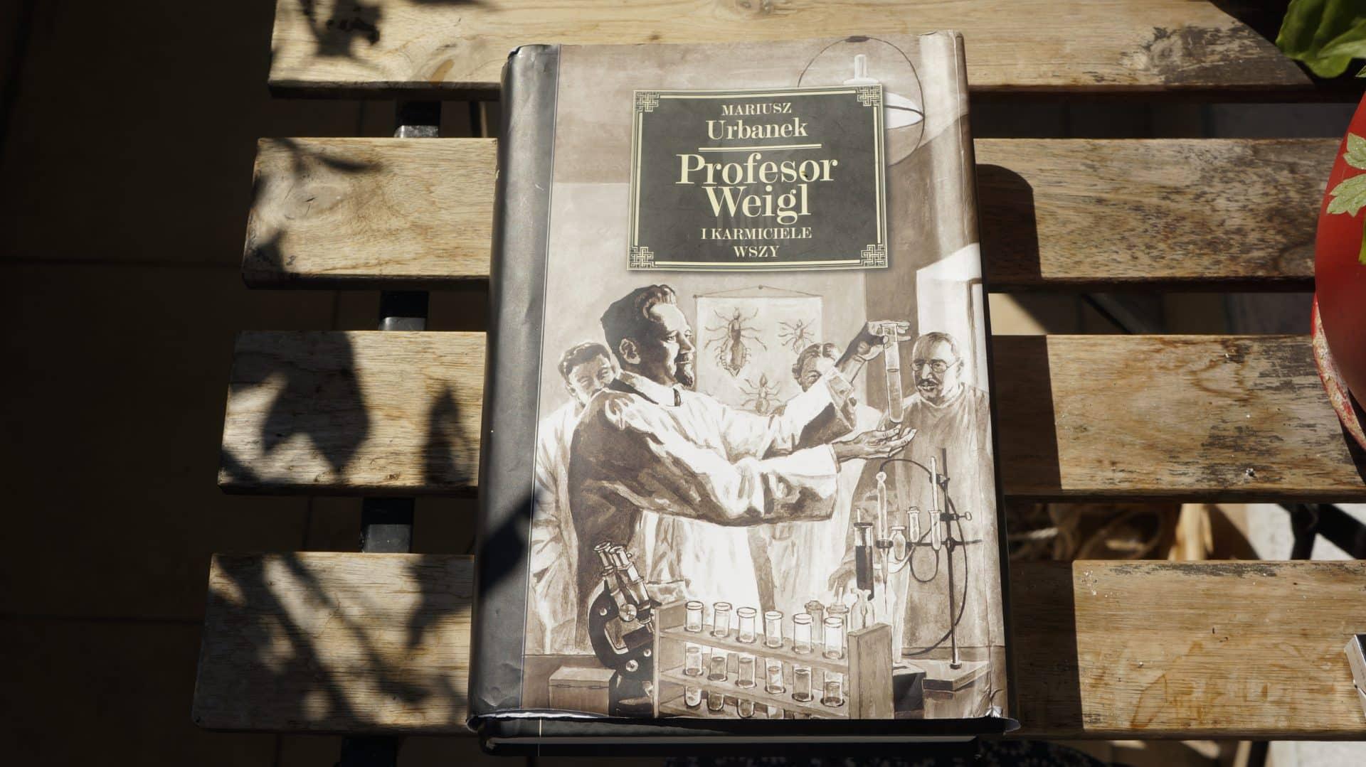 """Mariusz Urbanek w książce """"Profesor Weigl i karmiciele wszy"""" doskonale opisał historię wynalazcy szczepionki na tyfus plamisty."""