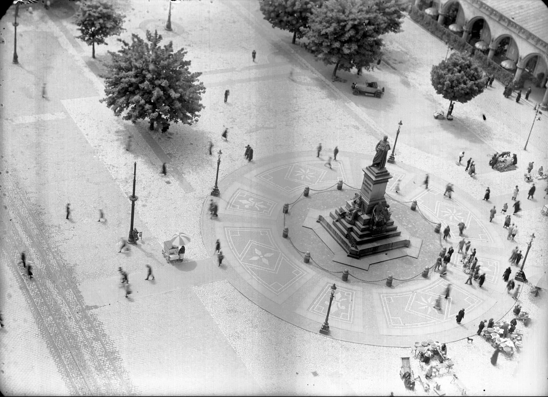 Pomnik Adama Mickiewicza na krakowskim Rynku. 1937 rok. Obok niego odbywał się targ, na którym służące do wszystkiego szukały pracy. Fot. NAC.