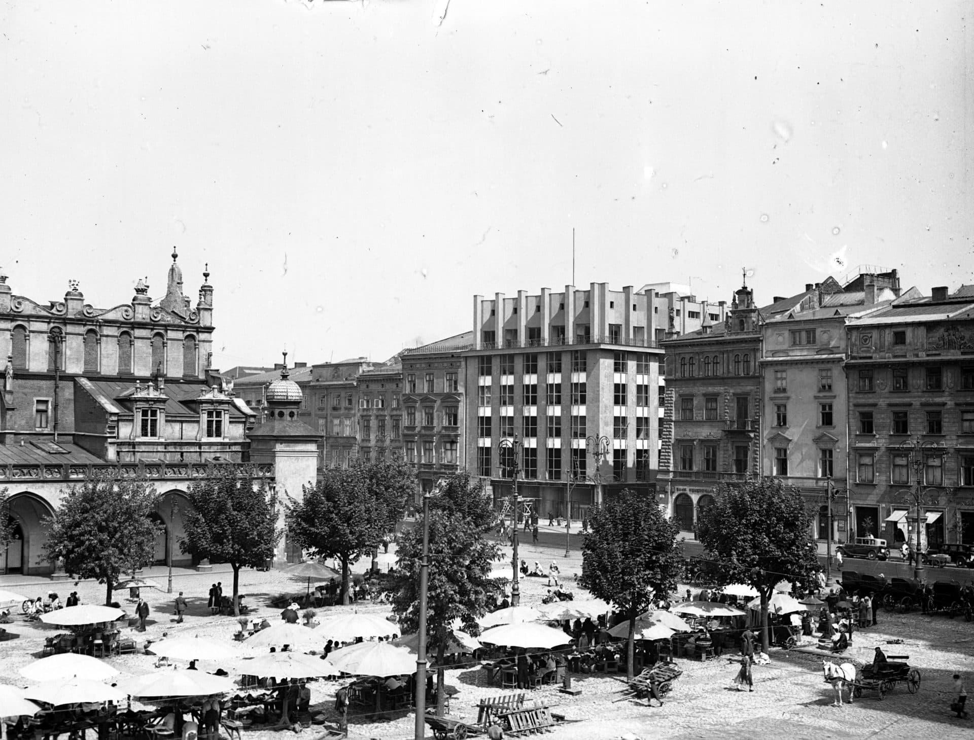Rynek Główny w Krakowie. Około 1932-1933. Źródło: Narodowe Archiwum Cyfrowe.