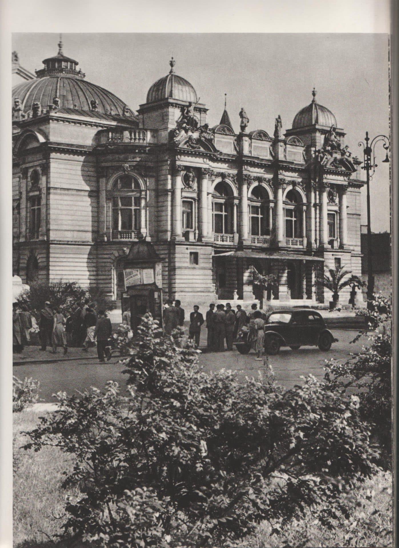 """Teatr Słowackiego. Źródło: Henryk Hermanowicz, """"Kraków. Cztery pory roku"""",  1958."""