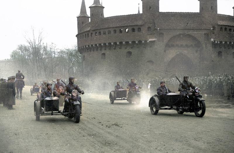 Zdjęcia starego Krakowa w kolorze. Defilada przed Barbakanem, która odbyła się w 1937 roku. Źródło: Narodowe Archiwum Cyfrowe.