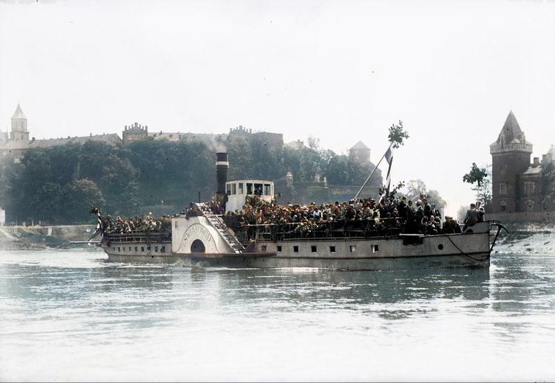 Statek wycieczkowy Światowid w 1925 roku. Krakowianie płyną odwiedzić Klasztor Kamedułów na Bielanach z okazji Zielonych Świątek. Fot. Narodowe Archiwum Cyfrowe.