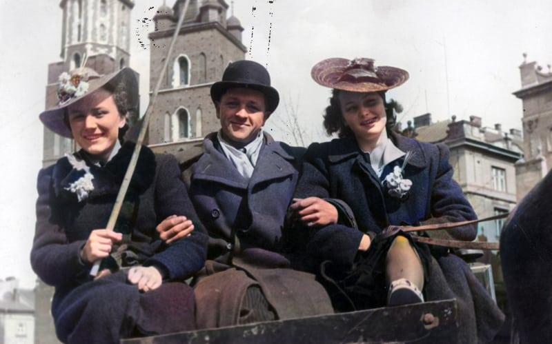 Pasażerowie korzystający z usług krakowskiego fiakra około 1939 roku. Źródło: Narodowe Archiwum Cyfrowe.  zdjęcia starego Krakowa w kolorze