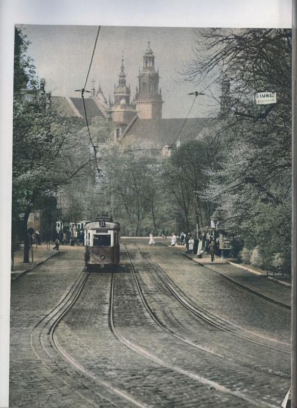 """Okolice Poczty Głównej. Źródło: Henryk Hermanowicz, """"Kraków. Cztery pory roku"""". Zdjęcia starego Krakowa w Kolorze."""