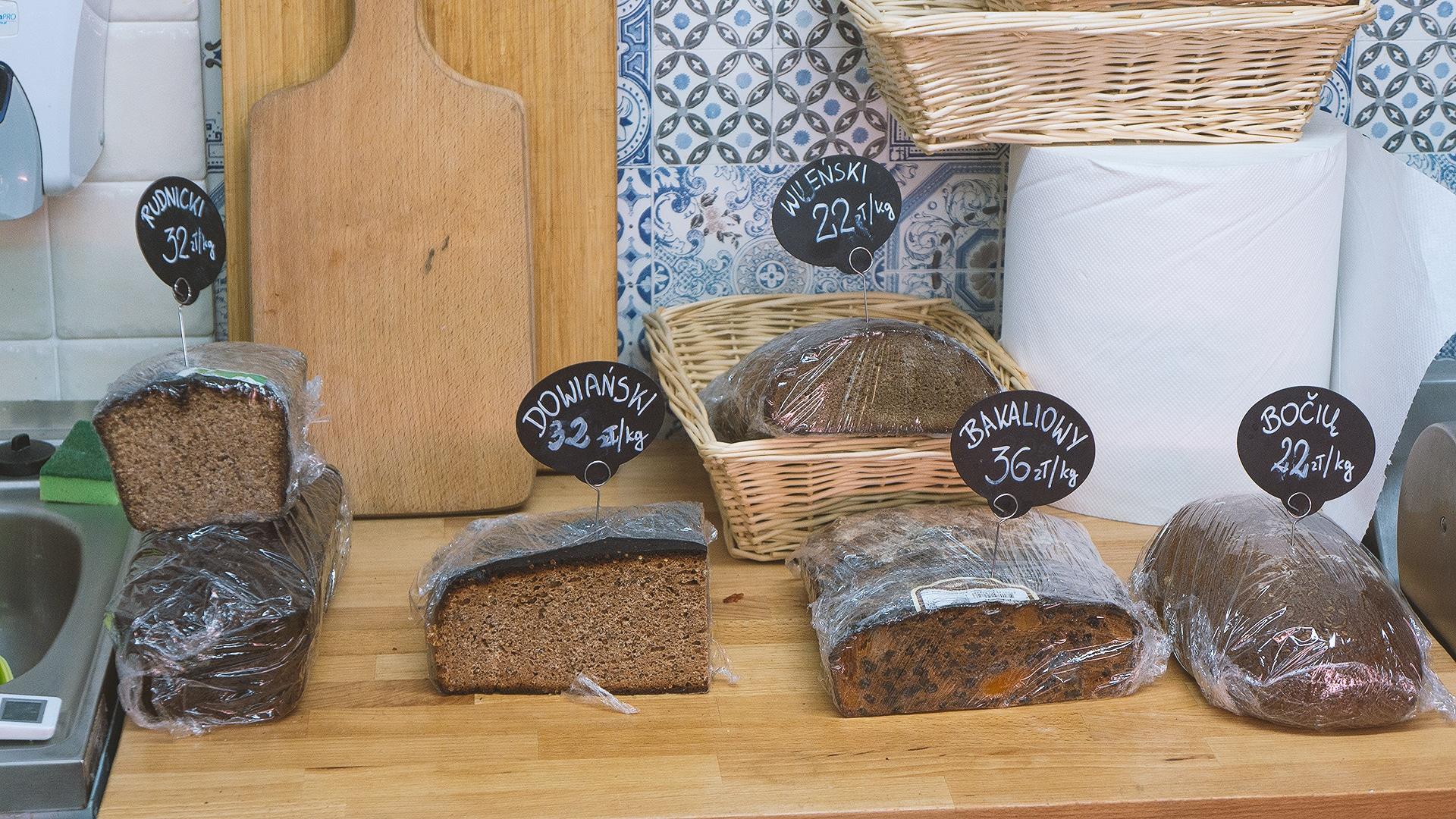 Na półkach znajdziemy też prawdziwy chleb litewski.