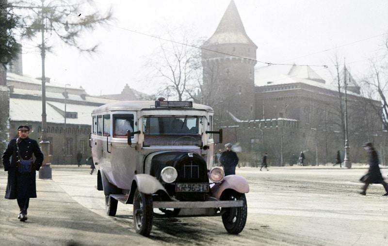 Zdjęcia starego Krakowa w kolorze. Pierwszy autobus.
