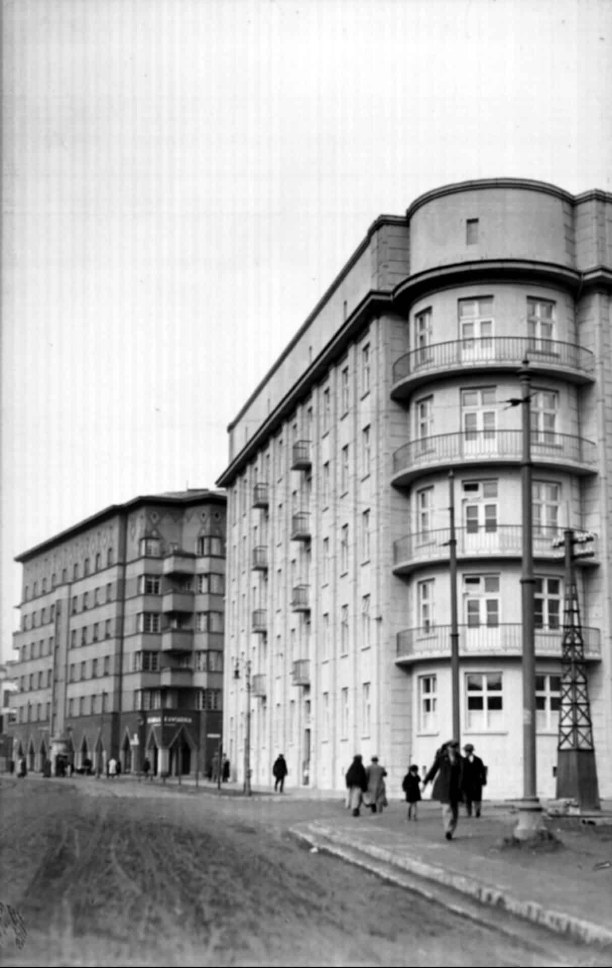 Plac Inwalidów w 1931 rok. Na drugim planie budynek, którego autorem jest Wacław Nowakowski.