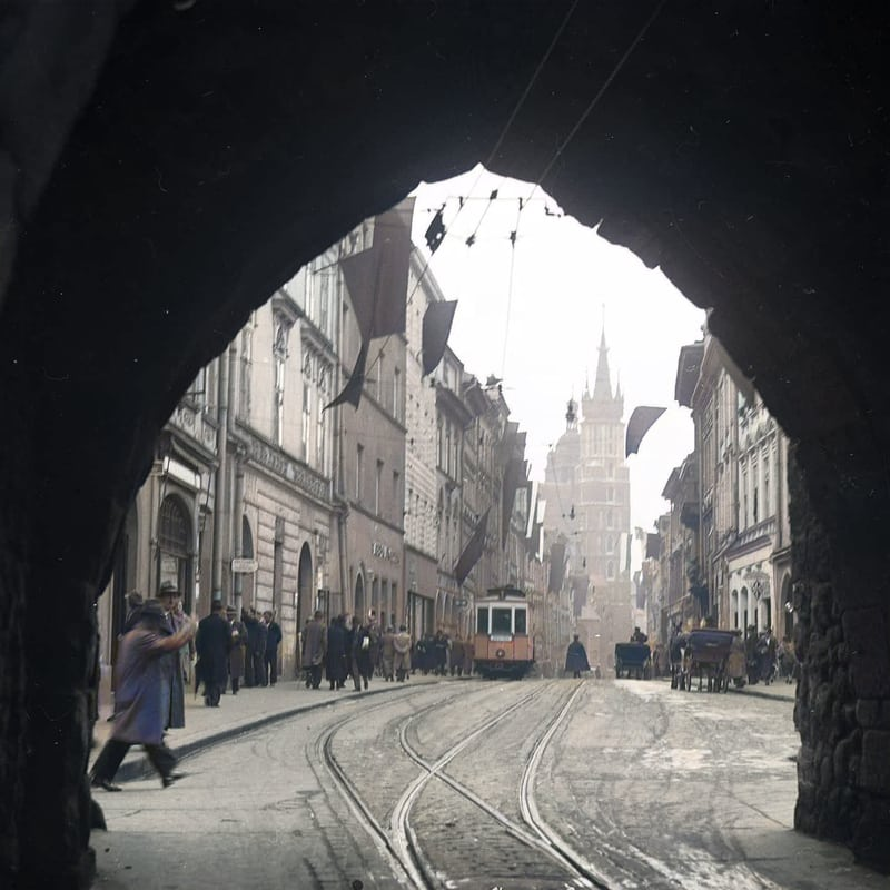 Tramwaj na ulicy Floriańskiej w Krakowie. Lata 30. XX wieku. Źródło: Narodowe Archiwum Cyfrowe. zdjęcia starego Krakowa w kolorze