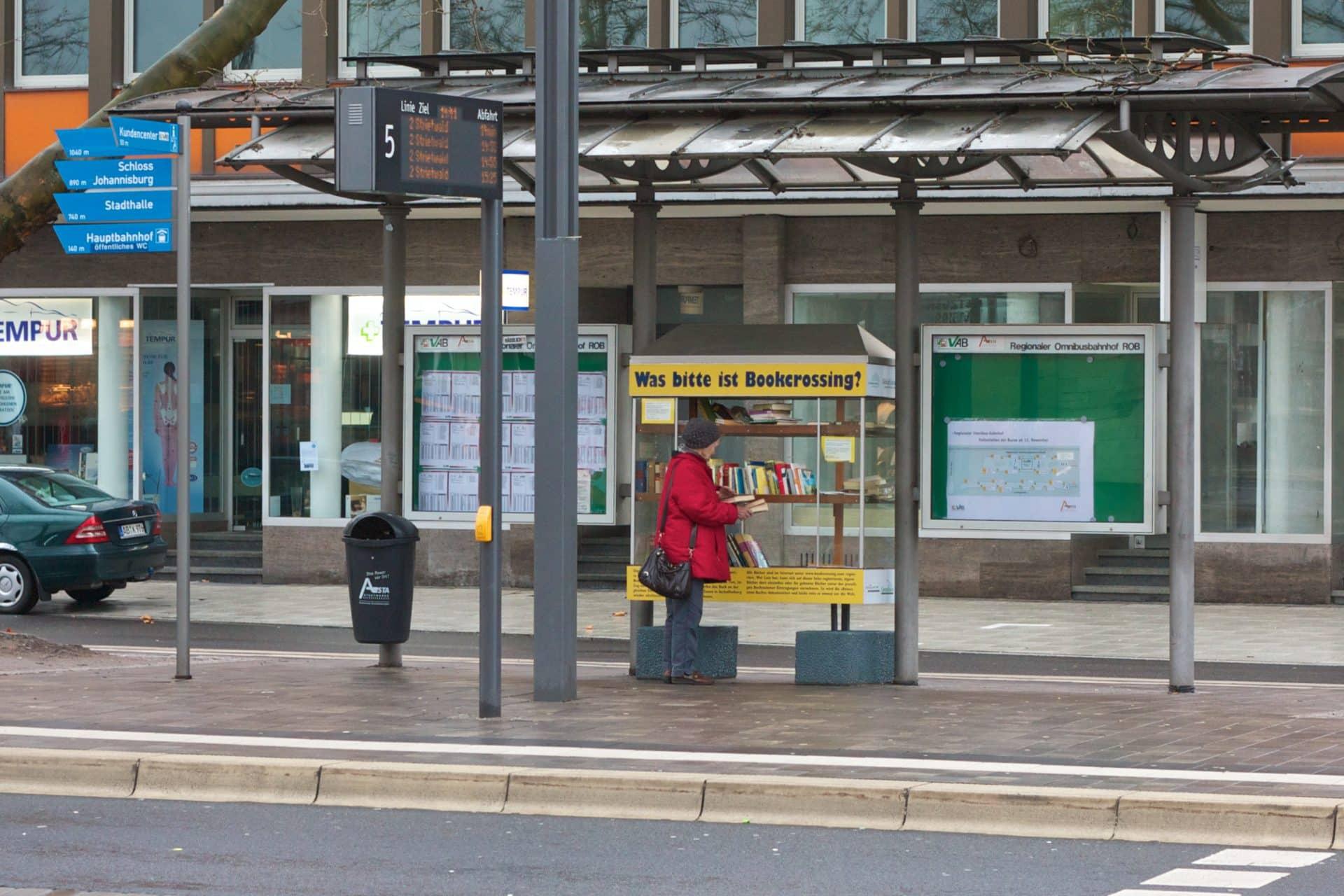 Uliczna biblioteka na przystanku autobusowym w niemieckim Aschaffenburgu / Book Crossing. Fot. Wikimedia Commons.